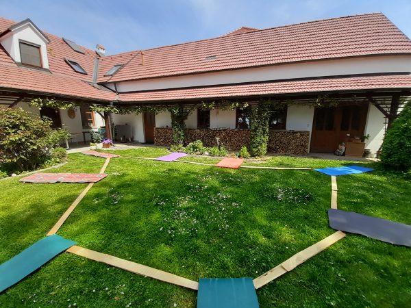 Yoga im Innengarten des Zentrums für Yoga und Strömen